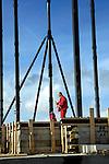 DEN HAAG - In de Haagse woonwijk Vroondaal werkt bouwbedrijf Weba uit Naaldwijk op de begane grond de bovenste vloeretages af van het gelijknamige appartementencomplex. Het door Becka Van Wilsum architecten ontworpen woongebouw wordt gebouwd met de zng de lift-slabmethode waarbij de op grond opgebouwde betonnen verdiepingsvloeren langs stalen staanders worden opgevijzeld en opgehangen, waarna de wanden worden ingehangen. Het is voor het eerst dat op deze bouwtechniek in de woningbouw wordt toegepast. COPYRIGHT TON BORSBOOM..