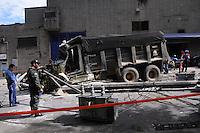 MEDELLÍN -COLOMBIA-27-07-2013. Aspecto del accidente de tránsito que se presentó este sábado en la carrera 67A con calle 80, cerca al cementerio Universal, en el norte de Medellín. El conductor de una volqueta perdió el control del vehículo que se quedó sin frenos y a su paso arrastró 21 vehículos y 15 motos y destruyó dos postes de energía./ Aspect of the vehicular accident at  north of Medellin, nerar to the Universal Cementery.  The dump truck driver lost the control after running out of brakes and destroyed in its way 21 vehicles and 15 motorcycles and two power pole. Photo: VizzorImage/Luis Ríos/STR