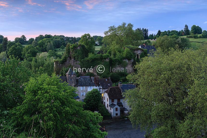 France, Corr&egrave;ze (19), S&eacute;gur-le-Ch&acirc;teau, class&eacute; Plus Beaux Villages de France, le village domin&eacute; par les ruines du ch&acirc;teau et travers&eacute; par l' Auv&eacute;z&egrave;re le soir // France, Correze, Segur le Chateau, labelled Les Plus Beaux Villages de France (The Most beautiful<br /> Villages of France), the village dominated by the ruins of the castle and crossed by the Auvezere at night