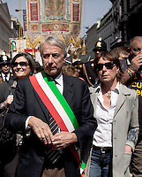 Milano 25-04-2013: Giuliano Pisapia e la moglie Cinzia Sasso partecipano al corteo per ricordare il 25 aprile del 1945 giorno della liberazione dalla dittatura nazi-fascista