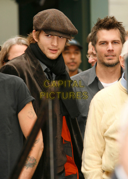 ASHTON KUTCHER & LEN WISEMAN.Attend the ceremony as bruce Willis is honored with the 2,321 Star on The Hollywood Walk of Fame outside Grauman's Chinese Theatre on Hollywood Boulevard, Hollywood, California, USA, 16 October 2006..half length cap hat scarf.Ref: ADM/RE.www.capitalpictures.com.sales@capitalpictures.com.©Russ Elliot/AdMedia/Capital Pictures.