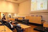 1. Stadtrat Franz-Rudolf Urhahn (Grüne) und Bürgermeister Heinz-Peter Becker (SPD) betrachten etwas erschüttert das Ergebnis der einzelnen Bezirke