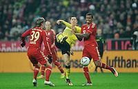 Fussball Bundesliga Saison 2011/2012 13. Spieltag FC Bayern Muenchen - Borussia Dortmund V.l.: Toni KROOS (FCB), Robert LEWANDOWSKI (BVB), Luiz GUSTAVO (FCB).