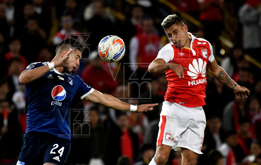 BOGOTÁ - COLOMBIA, 06-05-2018: Juan Roa (Der.) jugador de Independiente Santa Fe, salta a cabecear el balón con Matías de los Santos (Izq.) jugador de Millonarios, durante partido de la fecha 19 entre Independiente Santa Fe y Millonarios, por la Liga Aguila I 2018, en el estadio Nemesio Camacho El Campin de la ciudad de Bogota. / Juan Roa (R) player of Independiente Santa Fe, jumps to head  the ball with Matías de los Santos (L) player of Millonarios, during a match of the 19th date between Independiente Santa Fe and Millonarios, for the Liga Aguila I 2018 at the Nemesio Camacho El Campin Stadium in Bogota city, Photo: VizzorImage / Luis Ramírez / Staff.