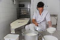 France, Bouches-du-Rhône (13),env de  Marseille, Le Rove:   Marie-Ange Gouiran, prépare le véritable Brousse de Chêvre du Rove , //  France, Bouches du Rhone, near Marseille: Le Rove ,   Marie-Ange Gouiran prepares the Real Rove Brousse, pure goat cheese  <br /> AUTO N 2013-150 , Auto N :2013-149