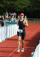 Tina Lucas (EOSC Offenbach) kommt als erste Frau ins Ziel - Mörfelden-Walldorf 21.07.2019: 11. MoeWathlon