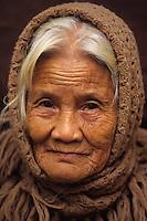 Asie/Vietnam/Hanoi: Portait d'une femme herboriste sur le marché devant la Pagode de Nuyen Thuyen