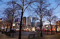 Nederland - Den Haag - 4 december 2017. Kerstverlichting op het Plein. Op de achtergrond oa gebouwen waarin ministeries gevestigd zijn. Foto Berlinda van Dam / Hollandse Hoogte