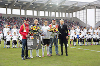 Alexandra Popp und Dzsenifer Marozsan (D) werden ausgezeichnet