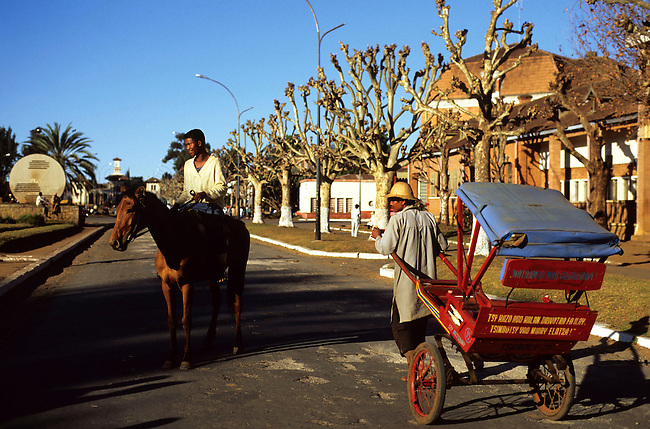 Un pousse-pousse dans l'avenue de Antsirabe. *** A rickshaw in the avenue, Antsirabe.