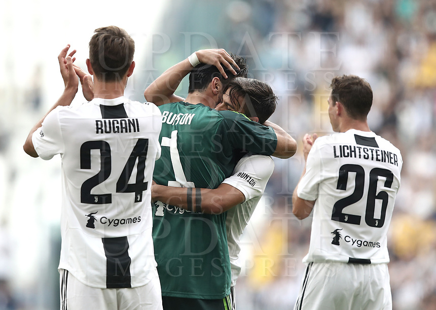 Calcio, Serie A: Juventus - Hellas Verona, Torino, Allianz Stadium, 19 maggio, 2018.<br /> Juventus' Captain and goalkeeper Gianluigi Buffon (r) embraces his teammates as he is substituted off during the during the Italian Serie A football match between Juventus and Hellas Verona at Torino's Allianz stadium, 19 May, 2018.<br /> Juventus won their 34th Serie A title (scudetto) and seventh in succession.<br /> Gianluigi Buffon played his last match with Juventus today after 17 years.<br /> UPDATE IMAGES PRESS/Isabella Bonotto