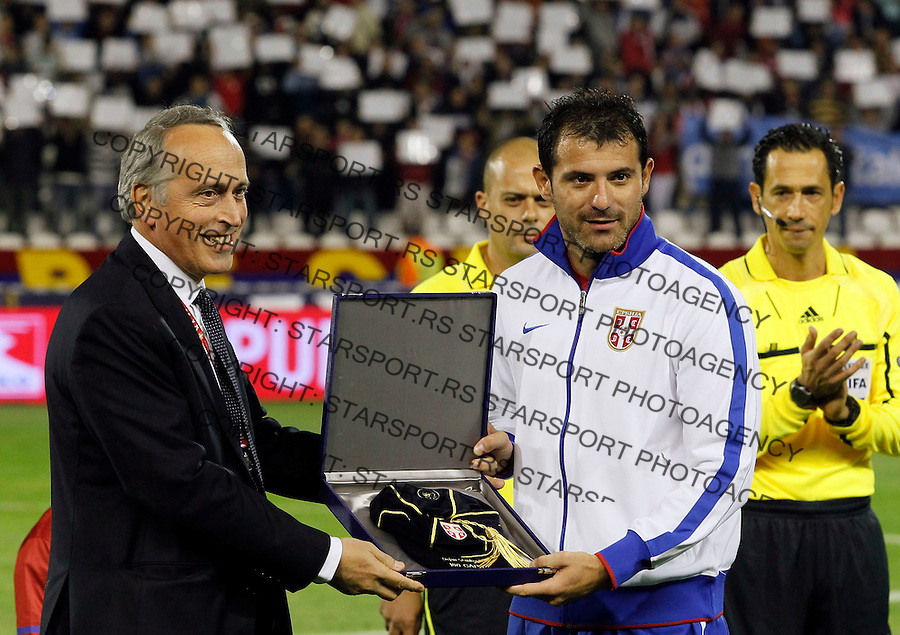 Fudbal, EURO 2012 Group C, qualifications.Serbia Vs. Italy (Italija).Dejan Stankovic, right, receive a medal.Beograd, 07.10.2011..Foto: Srdjan Stevanovic/Starsportphoto.com ©