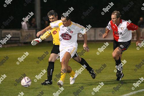2010-09-18 / Seizoen 2010-2011 / Voetbal / Vedettenmatch bij KFCO Wilrijk / Erik Deflandre passeert doelman Jovanovic op de hielen gezeten door Peter Houtman, oud-Feyenoord speler..Foto: mpics