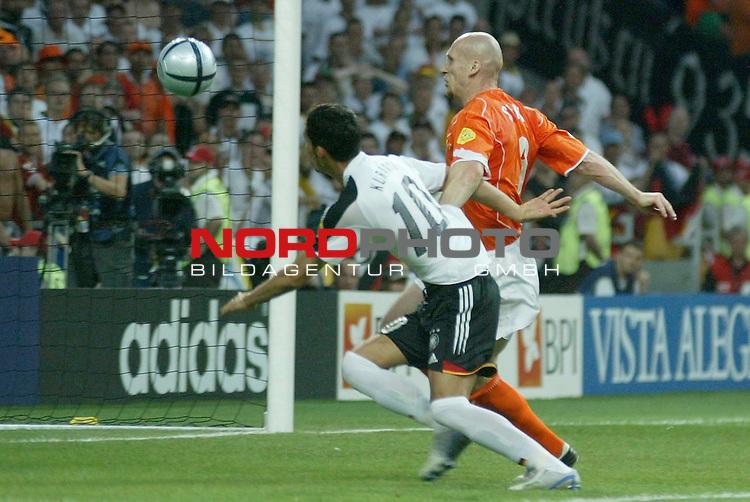 Europameisterschaft 2004 Portugal<br /> <br /> Deutschland - Niederlande<br /> <br /> Chance fuer Kevin Kuranyi in der zweiten Halbzeit - knapp vorbei<br /> <br /> Foto &copy; nordphoto<br /> <br /> <br /> <br /> <br /> <br /> <br /> <br />  *** Local Caption *** Foto ist honorarpflichtig! zzgl. gesetzl. MwSt.<br /> <br />  Belegexemplar erforderlich<br /> <br /> Adresse: nordphoto<br /> <br /> Georg-Reinke-Strasse 1<br /> <br /> 49377 Vechta<br /> <br /> Telefon: 04441-89400 / Fax: 04441-894022
