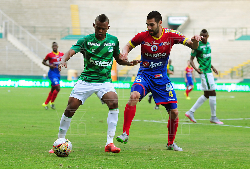 CALI - COLOMBIA - 13 - 09 -2015: Harold Preciado (Izq.) jugador de Deportivo Cali disputa el balón con Jonathan Avila (Der.) jugador de Deportivo Pasto,  durante partido de la fecha 12 entre Deportivo Cali y Deportivo Pasto, de la Liga Aguila II 2015 en el estadio Deportivo Cali (Palmaseca) de la ciudad de Cali. / Harold Preciado (L) player of Deportivo Cali fights for the ball with Jonathan Avila (R) player of Deportivo Pasto,  during a match for the date 12 between Deportivo Cali and Deportivo Pasto,  for the Liga Aguila II 2015 at the Deportivo Cali (Palmaseca) stadium in Cali city. Photo: VizzorImage /  NR / Cont.