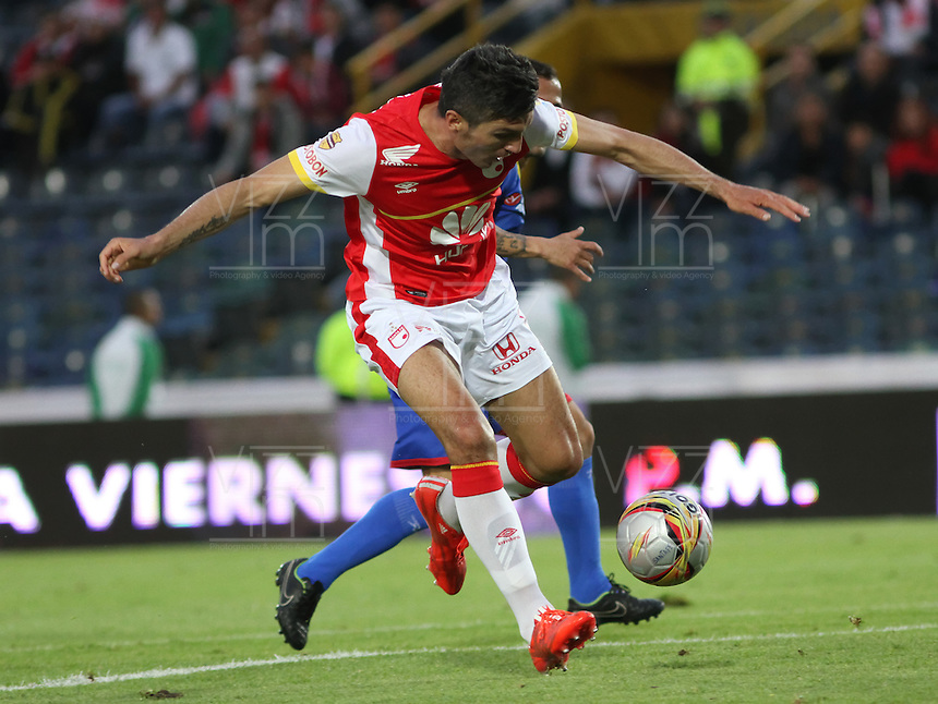 BOGOTA - COLOMBIA - 4-04-2015: Daniel Torres del Independiente Santa Fe  disputa el balon contra el Deportivo Pasto , durante partido  por la fecha 13 entre Independiente Santa Fe  y Deportivo Pasto de la Liga Aguila I-2015, en el estadio Nemesio Camacho El Campin  de la ciudad de Bogota. / Daniel Torres ,  player of Indepndiente Santa Fe fights the ball against  Deportivo Pasto, during an  match of the 13 date between La Indepndiente Santa Fe  and Deportivo Pasto   for the Liga Aguila I -2015 at the Nemesio Camacho El Campin  Stadium in Bogota city, Photo: VizzorImage / Felipe Caicedo / Staff.