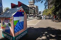 SAO PAULO, SP, 08 DE AGOSTO 2012 - LIXO RECICLAVEL / SAO PAULO - Cabine para coleta de materiais recicláveis é vista na Avenida Paulista, região centro- sul da capital paulista, nesta quarta-feira, 08. (FOTO: WILLIAM VOLCOV / BRAZIL PHOTO PRESS).
