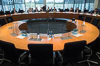 Am 28. April 2016 fand die 16. Sitzung des 2. NSU-Untersuchungsausschusses des Deutschen Bundestag statt. <br /> Als Zeugen waren gelanden:<br /> Dr. Tilmann Halder Diplom-Chemiker (Brandgutachter vom LKA-BW),  Kriminaloberkommissar Manfred Nordgauer (LKA Stuttgart) und Diplom-Physikerin Sandra Kruse (Bundeskriminalamt - Kriminaltechnisches Institut (KT52))<br /> Im Bild: Der Zeugentisch ohne die Zeugen, da diese nicht fotografiert werden durften.<br /> 28.4.2016, Berlin<br /> Copyright: Christian-Ditsch.de<br /> [Inhaltsveraendernde Manipulation des Fotos nur nach ausdruecklicher Genehmigung des Fotografen. Vereinbarungen ueber Abtretung von Persoenlichkeitsrechten/Model Release der abgebildeten Person/Personen liegen nicht vor. NO MODEL RELEASE! Nur fuer Redaktionelle Zwecke. Don't publish without copyright Christian-Ditsch.de, Veroeffentlichung nur mit Fotografennennung, sowie gegen Honorar, MwSt. und Beleg. Konto: I N G - D i B a, IBAN DE58500105175400192269, BIC INGDDEFFXXX, Kontakt: post@christian-ditsch.de<br /> Bei der Bearbeitung der Dateiinformationen darf die Urheberkennzeichnung in den EXIF- und  IPTC-Daten nicht entfernt werden, diese sind in digitalen Medien nach §95c UrhG rechtlich geschuetzt. Der Urhebervermerk wird gemaess §13 UrhG verlangt.]