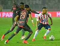 BARRANQUILLA- COLOMBIA, 8-12-2018: Jarlam Barrera  (Der.) jugador del Atlético Junior  disputa el balón con Sebastian  Macias (Izq.) jugador del Independiente Medellín  durante el primer  partido de la final  de la Liga Águila II 2018 jugado en el estadio Metropolitano Roberto Meléndez de la ciudad de Barranquilla. / Jarlam Barrera (R) player of Atletico Junior  fights for the ball with Sebastian Macias (L) player of Independiente Medellin during the first leg match Liga Aguila II 2018 played at the Metropoltano Roberto Melendez Stadium in Barranquilla  city. Photo: VizzorImage / Alfonso Cervantes / Contribuidor