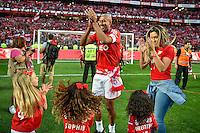 LISBOA, PORTUGAL, 23.05.2015 - BENFICA-MARITIMO - jogador Brasileiro Luisão e sua familia festejando a conquista do campeonato português no Estádio da Luz, em Lisboa, Portugal. (Foto: Bruno de Carvalho - Brazil Photo Press)