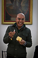 Quer&eacute;taro, Qro. 6 de enero de 2016.- El alcalde capitalino, Marcos Aguilar; adem&aacute;s de compartir la tradicional Rosca de Reyes con periodistas de la fuente municipal; habl&oacute; de evaluar en 10 meses al helic&oacute;ptero y su rendimiento en el trabajo cotidiano como herramienta de la polic&iacute;a municipal. <br /> <br /> Abund&oacute; adem&aacute;s, que en el trabajo de su gabinete no tiene contemplado ning&uacute;n cambio hasta el momento. <br /> <br /> El Secretario General de Gobierno, Francisco De Silva; realiz&oacute; puntualizaciones sobre la presunta agresi&oacute;n de inspectores municipales a comerciantes afiliados a la FECOPSE; en donde desmiente que los agresores hayan sido los funcionarios municipales, por el contrario, culpa a los comerciantes de iniciar la agresi&oacute;n. EN un video divulgado por el municipio de Quer&eacute;taro, en la edici&oacute;n que presentan, se observa la primera agresi&oacute;n de los comerciantes a resistirse al decomiso de la mercanc&iacute;a.<br /> <br /> <br /> Foto: Demian Ch&aacute;vez