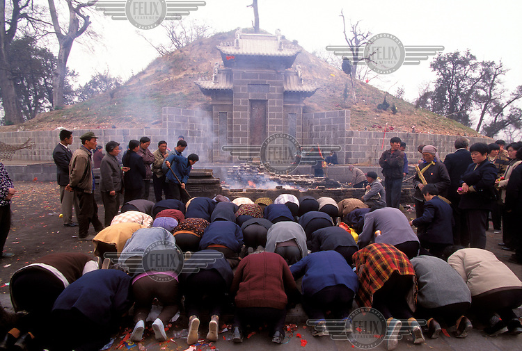 © Mark Henley / Panos Pictures..Huaiyang, Henan Province, CHINA..Fuxi temple. Pilgrims from Anhui (120km distant) praying before Fuxi's tomb.