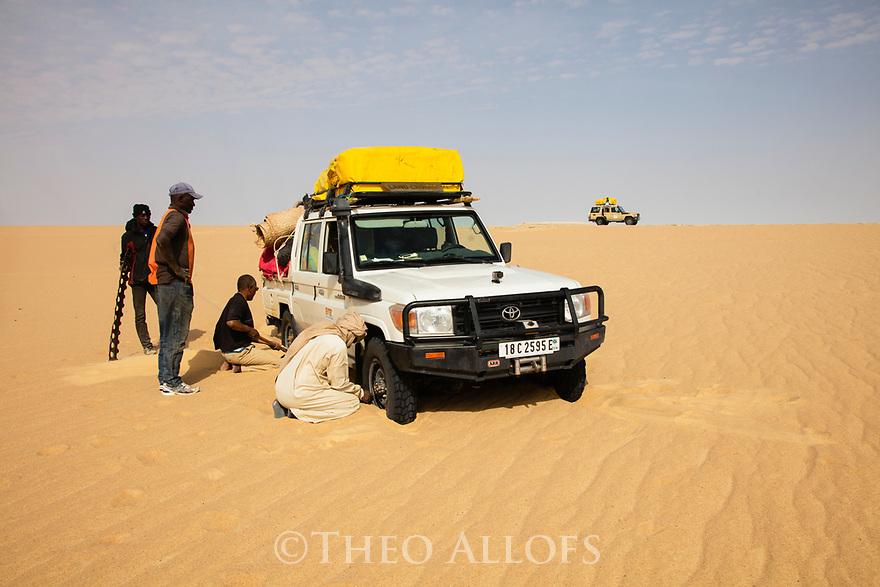 Chad (Tchad), North Africa, Sahara, Borkou District, Land Cruiser stuck in deep sand