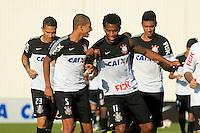 SAO PAULO, SP 12 MAIO 2013 - TREINO CORINTHIANS - Os jogadores William Arao e Gil do Corinthians, durante o treino de hoje, 16, no Ct. Dr. Joaquim Grava, na zona leste de São Paulo. FOTO: PAULO FISCHER/BRAZIL PHOTO PRESS