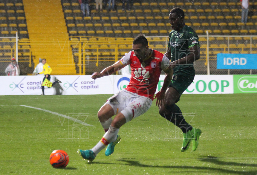 BOGOTA -COLOMBIA, 10-05-2017. Denis Stracqualursi player of Independiente Santa Fe fights the ball   agaisnt of Dairin Gonzalez player of La Equidad.Action game between Equidad and Independiente Santa Fe  during match for the date 17 of the Aguila League I 2017 played at Metropolitano de Techo  stadium . Photo:VizzorImage / Felipe Caicedo  / Staff