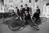 """Rappresentazione """"Lisboa"""" per le strade di Lecce a cura del Teatro Pontedera e Cantieri Teatrali Koreja - Sabato 10 dicembre 2011 """"LISBOA"""" ha animato le vie del centro di Lecce: lo spettacolo di strada è stato dedicato a Lisbona, la città dove Pessoa ha trascorso quasi tutta la sua vita. Undici figure in nero – gli eteronimi di Pessoa – accompagnano il poeta a visitare la città, le sue piazze e le sue strade, diventando così il luogo in cui le azioni, i canti, le musiche e le parole scandite in coro, ricreano l'atmosfera della vecchia capitale del Portogallo..Il percorso cittadino viene compiuto con undici biciclette e, volta per volta, si creano file, schiere, girotondi e cadute che attraversano e coinvolgono gli spettatori ed i passanti proiettandoli in un'epoca senza tempo..Regia Anna Stigsgaard. Attori: Valentina Bechi, Alice Casarosa, Chiara Coletta, Simone Evangelisti, Julia Filippo, Alice Maestroni, Irene Rametta, Silvia Tufano, Cristina Valota, Sara Morena Zanella. Produzione Fondazione Pontedera Teatro."""