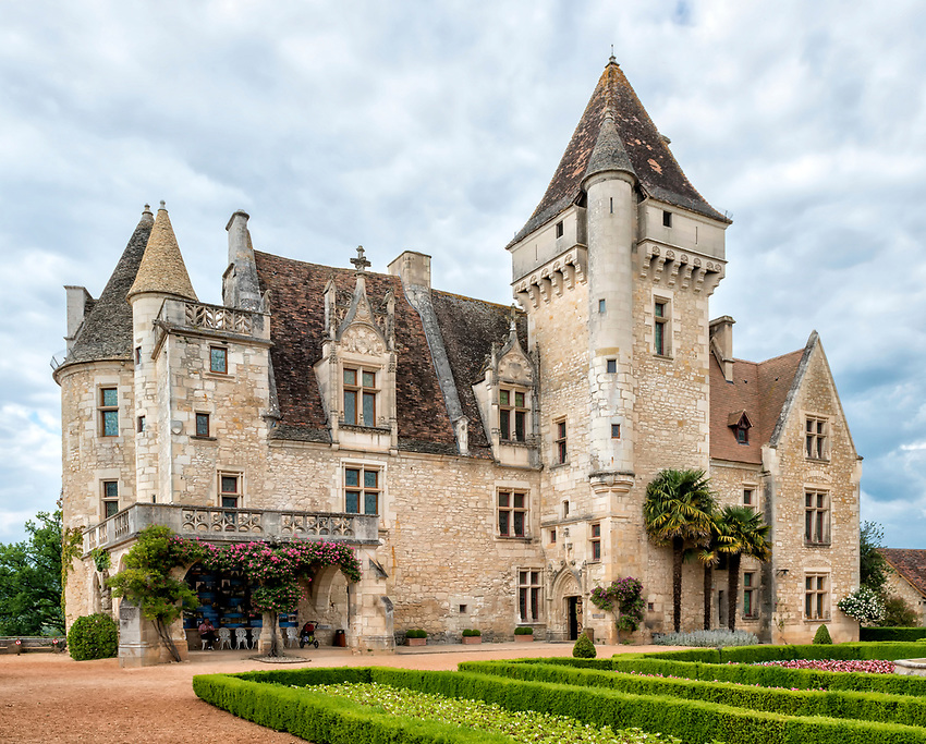 The Château des Milandes is perhaps best known as the former home of the American entertainer Josephine Baker, who became a huge hit in France notwithstanding that her race prevented her from being a success in her home country, the United States.