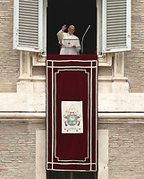 Papa Francesco saluta i fedeli prima di recitare la preghiera del &quot;Regina Coeli&quot; dalla finestra del Palazzo Apostolico affacciata su piazza San Pietro, Citt&agrave; del Vaticano, 22 aprile 2019.<br /> Pope Francis waves as he arrives to lead the Regina Coeli prayer from the window of the apostolic palace overlooking St Peter's square at the Vatican, on April 22, 2019.<br /> UPDATE IMAGES PRESS/Isabella Bonotto<br /> <br /> STRICTLY ONLY FOR EDITORIAL USE