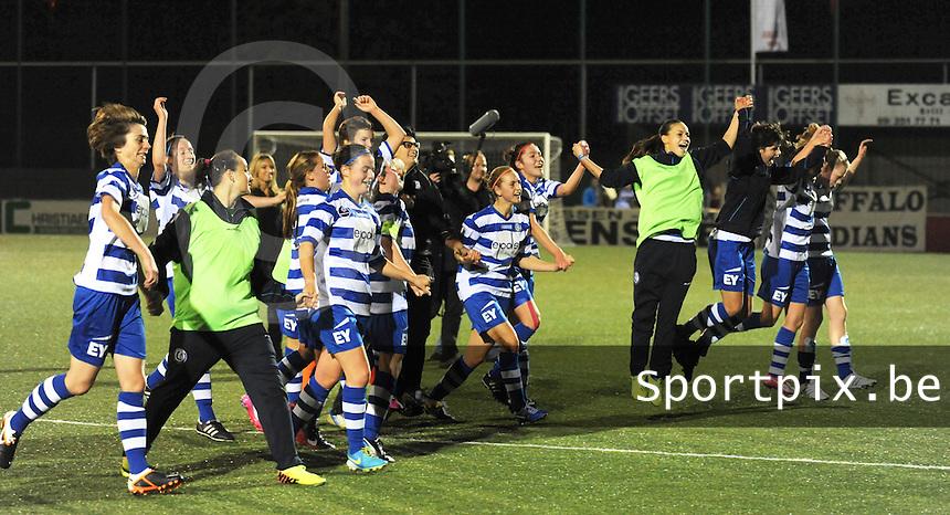 AA Gent dames - Club Brugge dames :<br /> speelsters van AA Gent delen hun vreugde met de talrijke supporters<br /> foto Dirk / Nikonpro.be