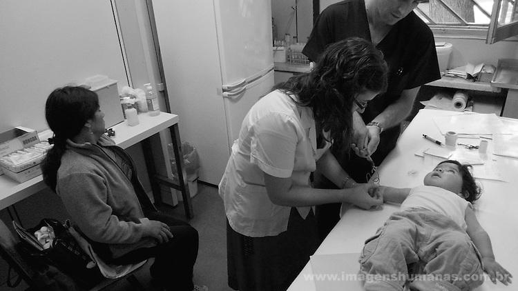 Criança Luisana Milagro Caceres  fazendo exame de sangue para verificar doença de Chagas no Hospital de Niños, em Buenos Aires , Argentina. Mãe - Virginia Constança..