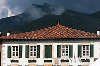 Europe/France/Aquitaine/64/Pyrénées-Atlantiques/Pays-Basque/Sare: Maison du villlagev de style labourdin et pyrénées basques