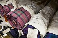Particolare di tessuti tartan nel deposito Bute tartan mills