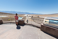 Badwater, der ausgetrocknete Salzsee im Death Valley.<br /> 13.6.2017, Death Valley, Kalifornien<br /> Copyright: Christian-Ditsch.de<br /> [Inhaltsveraendernde Manipulation des Fotos nur nach ausdruecklicher Genehmigung des Fotografen. Vereinbarungen ueber Abtretung von Persoenlichkeitsrechten/Model Release der abgebildeten Person/Personen liegen nicht vor. NO MODEL RELEASE! Nur fuer Redaktionelle Zwecke. Don't publish without copyright Christian-Ditsch.de, Veroeffentlichung nur mit Fotografennennung, sowie gegen Honorar, MwSt. und Beleg. Konto: I N G - D i B a, IBAN DE58500105175400192269, BIC INGDDEFFXXX, Kontakt: post@christian-ditsch.de<br /> Bei der Bearbeitung der Dateiinformationen darf die Urheberkennzeichnung in den EXIF- und  IPTC-Daten nicht entfernt werden, diese sind in digitalen Medien nach §95c UrhG rechtlich geschuetzt. Der Urhebervermerk wird gemaess §13 UrhG verlangt.]