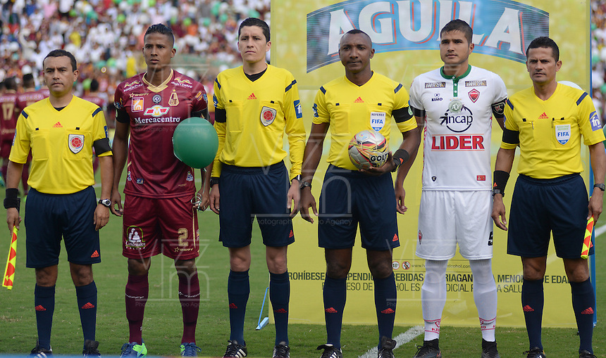 IBAGUE -COLOMBIA, 04-12-2016: Gustavo Murillo (C), referee, Fainer Torijano capitán del Tolima, Larry Vasquez capitán de Patriotas y arbitros asistentes posan para una foto previo al encuentro de vuelta entre Deportes Tolima y Patriotas FC por los cuartos de final de la Liga Águila II 2016 jugado en el estadio Manuel Murillo Toro de Ibagué. / Gustavo Murillo (C), referee, Fainer Torijano capitain of Tolima, Larry Vasquez captain of Patriotas and assistant judges pose toa photo prior the second leg match between Deportes Tolima and Patriotas FC for the final quarters of the Aguila League II 2016 played at Manuel Murillo Toro stadium in Ibague city. Photo: VizzorImage / Juan Carlos Escobar / Contribuidor