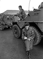 Major Chris Miers, the British Army's official war artist, at work in Belfast,  during the N Ireland Troubles. Whilst be sketches a bodyguard remains vigilant. Major Miers is serving with the Royal Green Jackets. 197211200731c.<br />