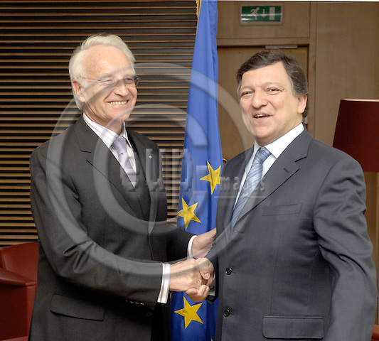 Brussels-Belgium - 21 March 2006---José (Jose) Manuel BARROSO (ri), President of the European Commission, receives Edmund STOIBER (le), President of the Bavarian Government, at the headquarters of the EC---Photo: Horst Wagner/eup-images