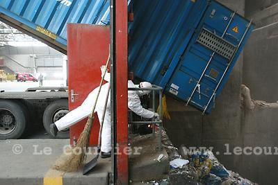 Genève, le 28.01.2008.400 tonnes de déchets, venu de Freiburg im Breisgau en Allemagne, ont été acheminés par train en container jusqu'à Genève, où ceux-ci sont traité à l'usine d'incinération des Cheneviers.© J.-P. Di Silvestro / Le Courrier