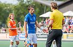 UTRECHT - Bjorn Kellerman (Kampong) met scheidsrechter Paul vd Assum  tijdens de hoofdklasse competitiewedstrijd mannen, Kampong-Bloemendaal (2-2) .   COPYRIGHT KOEN SUYK