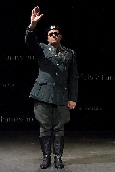 """Bebo Storti in """"Mai Morti"""".Teatro dell\'Elfo.Milano 2/3/2002"""
