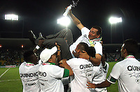 ARMENIA - QUINDIO -COLOMBIA-4-DICIEMBRE-2014. Jugadores  del Deportes Quindio celebran al quedar campeones del Torneo Postobon 2014-II,  luego de vencer en partido de vuelta  al  Deportivo Rionegro   jugado en el estadio Centenario  de la ciudad de  Armenia  . /  Deportes Quindio players celebrate winning the championship Torneo  Postobon 2014-II, after winning leg at Deportivo  Rionegro  played at the Centenario stadium in the city of Armenia.  Photo: VizzorImage / Felipe Caicedo / Staff