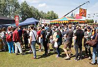 Festival in Amsterdam, De Rollende Keukens. Drukte bij de rijdende keukens waar bijzondere snacks worden verkocht .