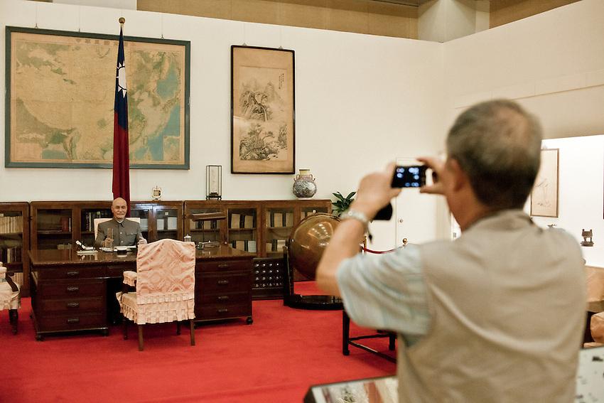 """Un touriste chinois prend une photo du mannequin du """"généralissime"""" dans son bureau reconstitué au musée du Mémoriall Hall de Taipei."""