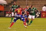Deportivo Cali y Deportivo Pasto empataron a 0 goles en la novena jornada del Torneo Clausura Colombiano 2013 / Gustavo Cuellar disputando un balón con dos rivales.