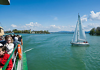 Deutschland, Bayern, Oberbayern, Chiemgau, Chiemsee: Ueberfahrt von Insel Frauenchiemsee auch nur Fraueninsel genannt, mit Kloster Frauenwoerth zur Insel Herrenchiemsee | Germany, Bavaria, Upper Bavaria, Chiemgau, Lake Chiem: boat transfer from island Frauenchiemsee also called Fraueninsel with monastery Frauenwoerth to island Herrenchiemsee