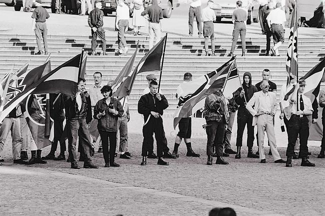 Mehrere hundert militante Neonazis aus Deutschland, Belgien, Frankreich, Daenemark, Schweden und Gross Britannien marschierten am Sonntag den 14. August 1993 zu einem sogenannten &quot;Rudolf Hess-Marsch&quot; im hessischen Fulda auf. Unter ihnen waren Mitglieder der Neonaziparteien Freiheitliche Deutsche Arbeiterpartei (FAP), Nationale Liste (NL) und NPD. Mit diesem Aufmarsch gedenken die Neonazis aus ganz Europa an den Hitler-Stellvetreter, der am 17. August 1987 im Kriegsverbrechergefaengnis in Berlin-Spandau mit 93 Jahren Suizid begangen hat.<br /> Im Bild in der zweiten Reihe rechts: Frank Steffen, der am 17. Oktober 2015 in Koeln versuchte, die parteilose OB-Kandidatin Henriette Reker mit einem Messer zu ermorden.<br /> 14.8.1993, Fulda<br /> Copyright: Christian-Ditsch.de<br /> [Inhaltsveraendernde Manipulation des Fotos nur nach ausdruecklicher Genehmigung des Fotografen. Vereinbarungen ueber Abtretung von Persoenlichkeitsrechten/Model Release der abgebildeten Person/Personen liegen nicht vor. NO MODEL RELEASE! Nur fuer Redaktionelle Zwecke. Don't publish without copyright Christian-Ditsch.de, Veroeffentlichung nur mit Fotografennennung, sowie gegen Honorar, MwSt. und Beleg. Konto: I N G - D i B a, IBAN DE58500105175400192269, BIC INGDDEFFXXX, Kontakt: post@christian-ditsch.de<br /> Bei der Bearbeitung der Dateiinformationen darf die Urheberkennzeichnung in den EXIF- und  IPTC-Daten nicht entfernt werden, diese sind in digitalen Medien nach &sect;95c UrhG rechtlich geschuetzt. Der Urhebervermerk wird gemaess &sect;13 UrhG verlangt.]