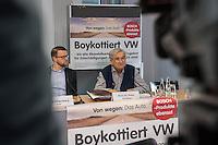 """Pressekonferenz der Kampagne """"Boykottiert VW"""" am Donnerstag den 5. Januar 2017.<br /> Die Kampagne, initiiert vom Berliner Prof. Peter Gottian, will den VW-Konzern dazu bringen fuer die Schaeden durch den Abgasskandal an den Kunden und der Umwelt einzustehen und zu haften.<br /> An der Pressekonferenz nahm auch der ein Vertreter der Umweltorganisation BUND.<br /> Im Bild vlnr.: Jens Hilgenberg, BUND; Prof. Peter Grottian.<br /> 5.1.2017, Berlin<br /> Copyright: Christian-Ditsch.de<br /> [Inhaltsveraendernde Manipulation des Fotos nur nach ausdruecklicher Genehmigung des Fotografen. Vereinbarungen ueber Abtretung von Persoenlichkeitsrechten/Model Release der abgebildeten Person/Personen liegen nicht vor. NO MODEL RELEASE! Nur fuer Redaktionelle Zwecke. Don't publish without copyright Christian-Ditsch.de, Veroeffentlichung nur mit Fotografennennung, sowie gegen Honorar, MwSt. und Beleg. Konto: I N G - D i B a, IBAN DE58500105175400192269, BIC INGDDEFFXXX, Kontakt: post@christian-ditsch.de<br /> Bei der Bearbeitung der Dateiinformationen darf die Urheberkennzeichnung in den EXIF- und  IPTC-Daten nicht entfernt werden, diese sind in digitalen Medien nach §95c UrhG rechtlich geschuetzt. Der Urhebervermerk wird gemaess §13 UrhG verlangt.]"""